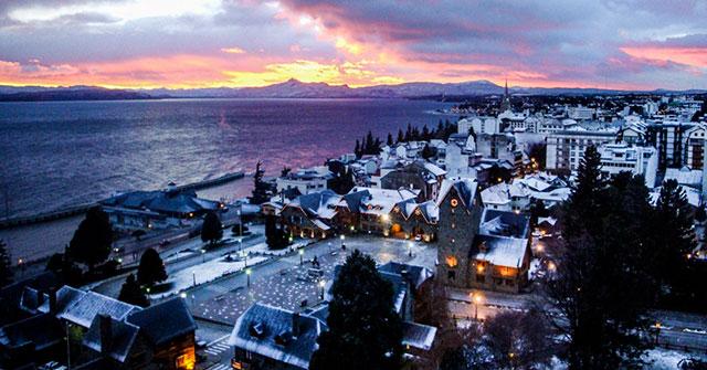 Cidade de Bariloche encoberta por neve