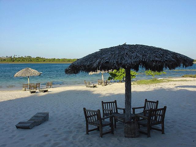 Restaurante do Paulo possui mesas na praia